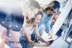 Foto - Arbeitsgruppe von jungen Menschen vor PC