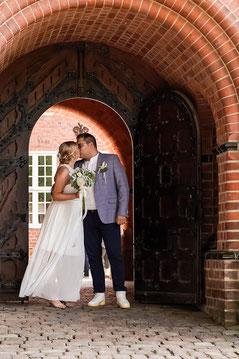 Hochzeitspaar im Eingang von Schloss Bergedorf in Hamburg