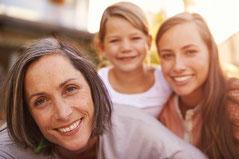 Frauen bekommen eine spezielle Behandlung in der Praxis für Osteopathie und Naturheilkunde in Hamburg-Bergedorf