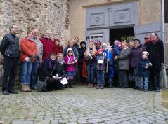 Sternsinger vor der Kirche Dobitschen