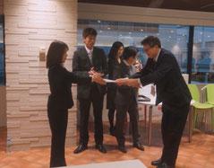 優勝者の高橋さんを表彰する岡会長