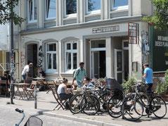 """Im Sommer stehen Tische auch vor dem Café """"In guter Gesellschaft"""". Foto: Chr. Schumann, 2020"""