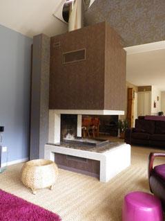cheminée granit avec foyer fermé trois faces porte escamotable
