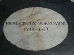 La lapide che indica la romba di Borromini, in san Giovanni dei Fiorentini