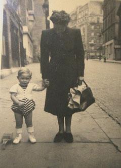 Une rue du centre de Paris sans voiture vers 1949