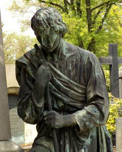 Wanderer auf Friedhof in Dresden Bild: Susann Wuschko