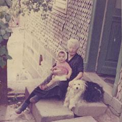 """Anna Paulina Gutermuth (""""Zirrns Anna"""") mit einem Kind aus dem Dorf"""