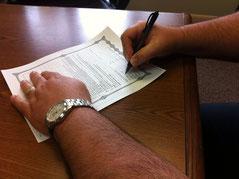 Signing Paperwork, unerlaubte Untervermietung Kurtz Detektei Essen, Copyright Dan Moyle