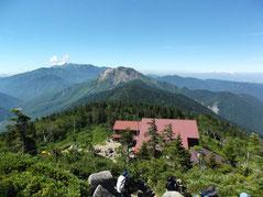 西穂高山荘、バックは焼岳。