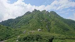 岩を散りばめたような永田岳の全容。