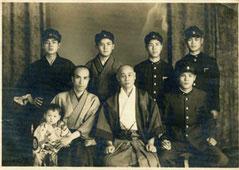 昭和17年6月20日、鳥取高等農業学校生徒とともに。朝基左隣は松森正躬氏。