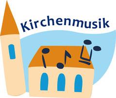 """Blauer, gewellter Schriftzug """"Kirchenmusik"""" fügt sich zwischen Kirchturm und Kirchenschiff ein. Auf dem Dach des Kirchegebäudes sind fröhliche Noten zu sehen."""