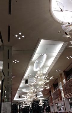 ホテルのレストランの天井 大きいシャンデリアと高い天井