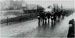 Een parade over de Patijnweg langs het emplacement van het station in Goes, 1941