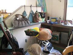 手作り品やリサイクル品が所狭しと並びます