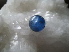 宇宙から見た地球のような深いブルーの石カイヤナイト