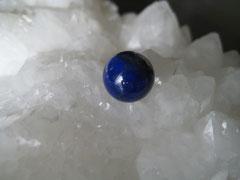 澄んだ夜空のような深いブルーの石ラピスラズリ