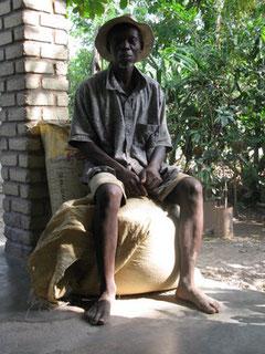 Jonas Deronzil qui vit à Verrettes, est agriculteur depuis 1974. Comme tous les petits producteurs de Haïti, ses maigres revenus proviennent du maïs, du riz et du haricot, aujourd'hui menacés par la nouvelle concurrence de Monsanto. Photo : Beverly Bell