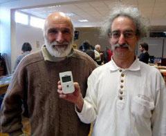 Roland desbordes et Jean-Luc Vialard du Mouvement pour la sortie du nucléaire avec dans ses mains, le fameux compteur./ Photo DDM, J-M. F.
