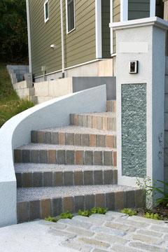角柱を中心にRを描いて伸びる階段