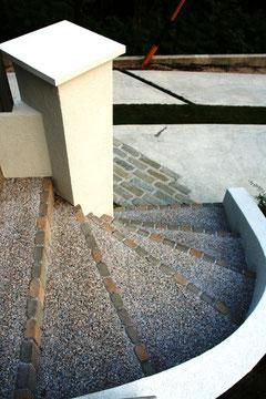 階段の縁はレンガで中は洗い出し仕上げ