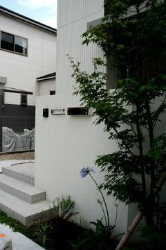 シンプル壁に張り出した階段デザイン