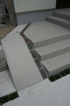 階段横には自転車用のスロープ