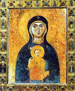 Madonna Nicopeia:  non porta Gesù in braccio, ma sul cuore.