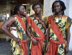 Paul Diassy und Freunde in afrikanischen Kostümen