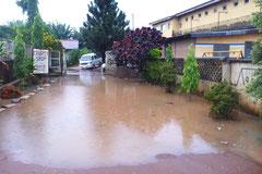 Ondergelopen inrit van Charilove. Flooded entrance.