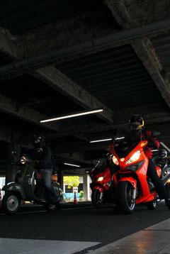 会場となった池上自動車教習所は1Fの他、2Fにもコースがあるのでご覧のように屋根がある。この時は1Fのみ試乗コースとされたが、次回は2Fもコースに加える予定だという