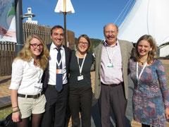 Anais, Charles (vom Sekretariat des Übereinkommens zu Biologischer Vielfalt), Helene, Dr. Horst Korn und Svana vor dem Verhandlungszelt