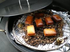 アツアツごちそう鉄板で作るスモークチーズ