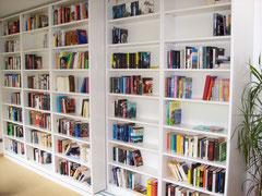 Bücherregal im verschiebbaren Elementen