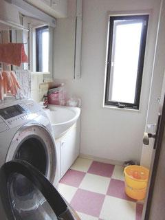 洗面台と洗濯機の写真