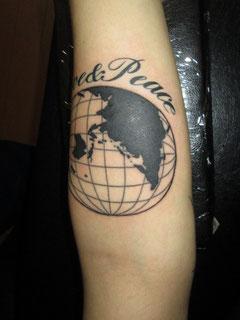 地図とレタリングタトゥー