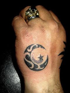月と星のトライバルタトゥー