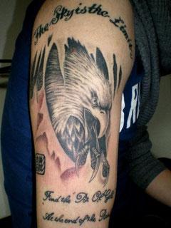 白頭鷲とレタリングタトゥー