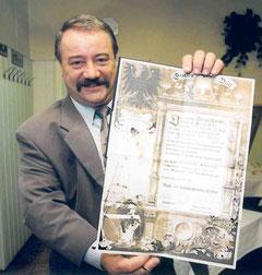 Obermeister Wolfgang Wörner mit dem Gesellenbrief der Innung Cottbus
