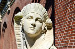 Gros plan sur le sphinx de l'entrée principale