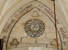 La Sainte-Larme à l'intérieur de l'église