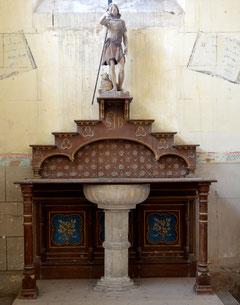 L'autel et les fonts baptismaux