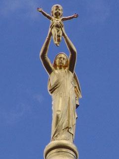 Au sommet, la Vierge dorée,, oeuvre emblêmatique d'Albert Roze