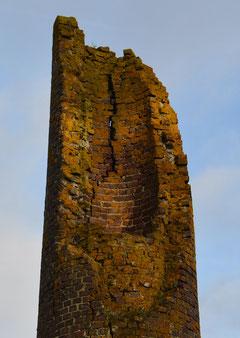 Le haut de la cheminée en ruines