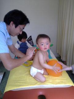 小児針の施術をしている私(院長)