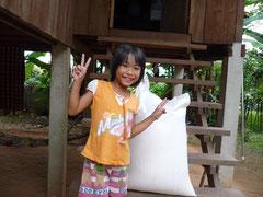 Enfant pauvre sac de riz