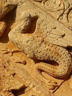 Basilisco.Serpiente con cuerpo de gallo y cabeza en la cola. Simboliza el pecado