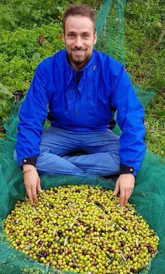 PurOlio Gründer Ferdinando Tizzano vor Oliven