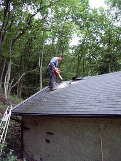 Das Apostelsheiligenhäuschen (Dachentlüftung, Wandbänke, Innenanstrich 2004)