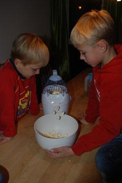 Popcorn hüpft aus der Maschine
